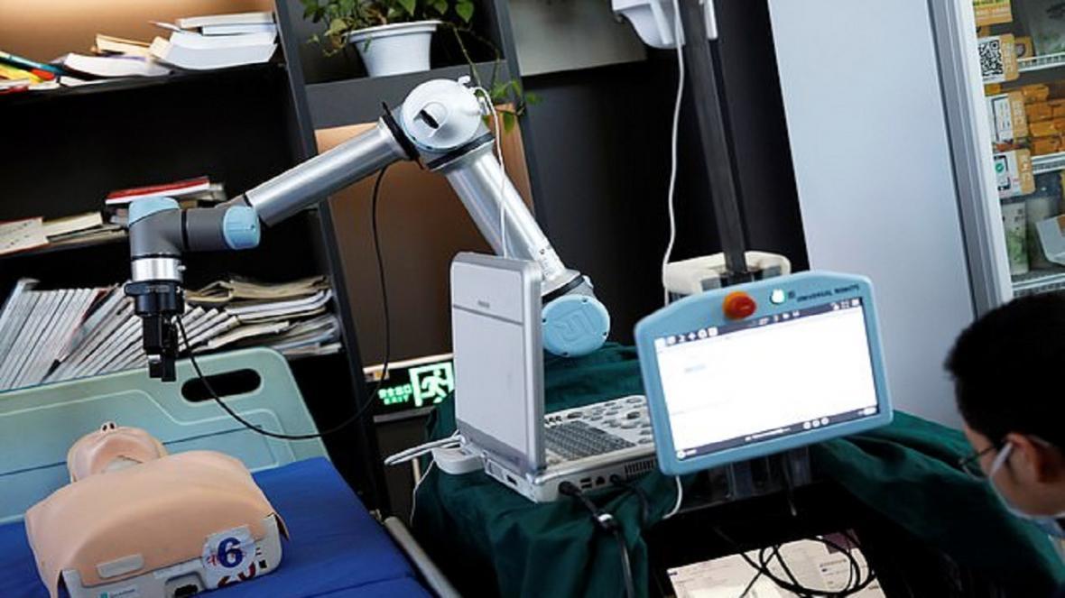 ربات هوشمند چینی به یاری کادر درمانی مقابله با کرونا می شتابد